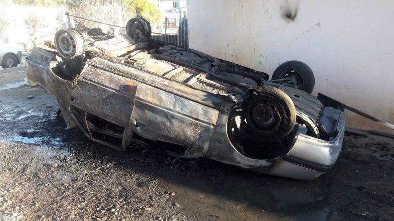 Familiares del joven que cayó al mar golpearon al amigo y quemaron su auto