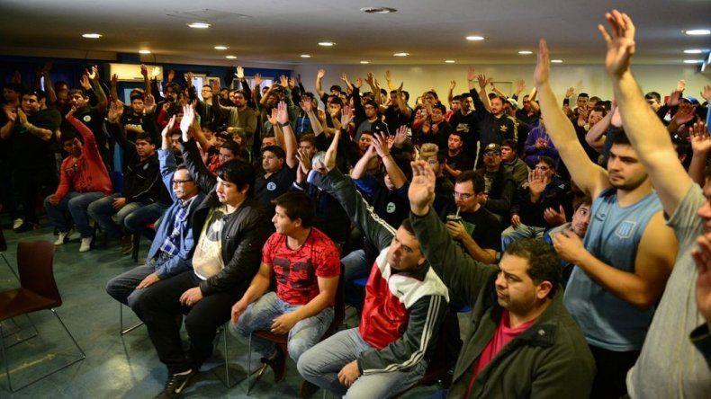 Afiliados y delegados se reúnen  para definir la continuidad del paro petrolero