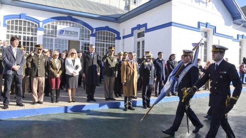 El momento del desfile durante el acto desarrollado ayer en la sede de la Prefectura Naval de Comodoro Rivadavia.