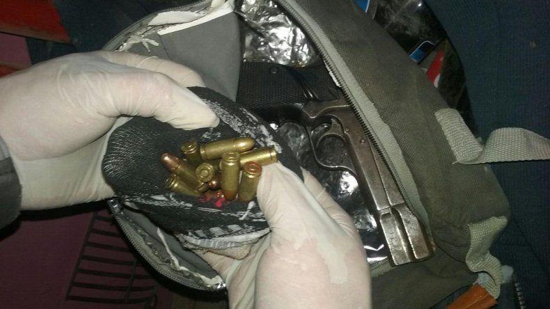 Parte de las armas y proyectiles secuestrados en el departamento de un empleado municipal en el barrio 30 de Octubre.