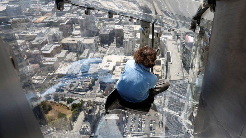 Inauguraron un tobogán de vidrio a 300 metros de altura