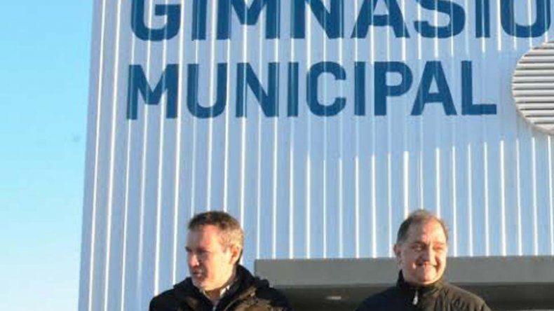 El intendente Carlos Linares junto al secretario de Obras Públicas