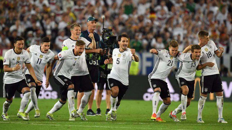 Los alemanes festejan el pase a semifinales de la Eurocopa.
