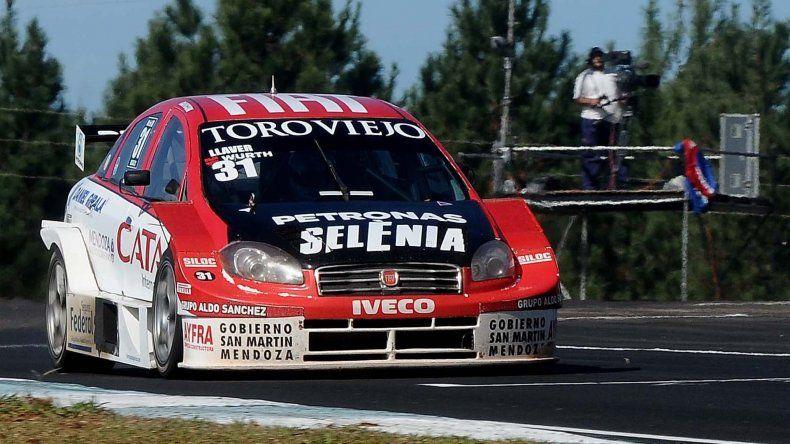 El Fiat Línea de Bernardo Llave liderando la final del Super TC 2000 ayer en el autódromo de Misiones.