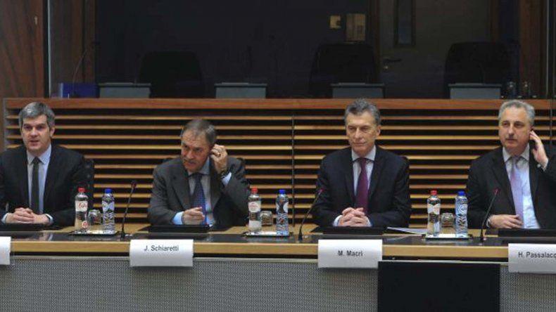 El presidente Mauricio Macri junto a la comitiva argentina en la sede de la Comisión Europea.