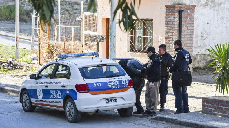 El momento de la detención del oficial Pedro Benítez ayer al 14 en una vivienda de la avenida Alsina.