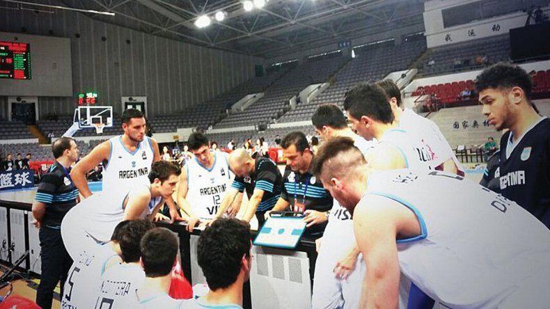 Silvio Santander con sus jugadores durante el pedido de un minuto en el partido de ayer ante Francia.