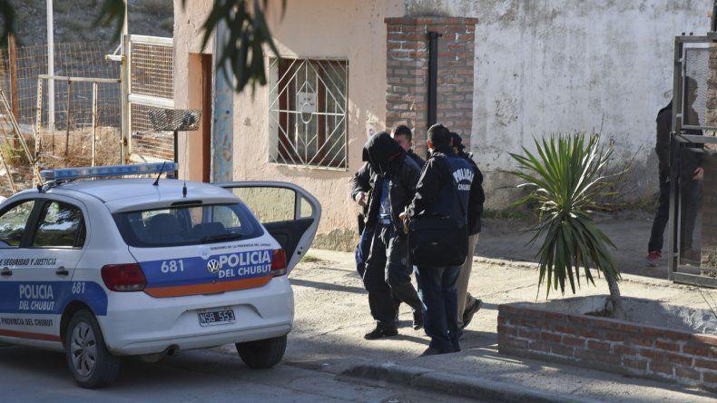 Ruptura y fin de la banda. El oficial Pedro Benítez quedó expuesto en el escrache en las redes sociales que se hicieron Maycol y Chatrán. En su casa le encontraron más actas de entrega de vehículos truchas.