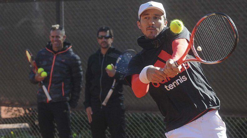 Juan Mónaco entrenó ayer junto a Guido Pella en la última práctica en Argentina antes de viajar.