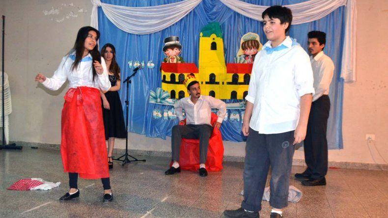 Ex alumnos interpretan una obra de teatro. La Escuela 119 celebró el bicentenario de la declaración de la independencia de patria con múltiples actividades.