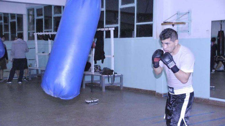 Héctor Saldivia continúa a pleno con su preparación en el gimnasio municipal 1.