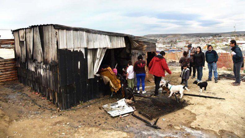 El fuego consumió por completo la casa del asentamiento ilegal del San Cayetano.