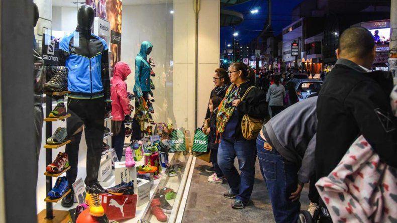 El movimiento en el casco céntrico se concentró a partir de las 17 pero la gente no se volcó a los negocios a comprar sino a preguntar.