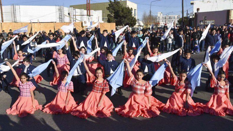 El ballet infantil del Centro Municipal de Educación por el Arte realizó una magistral interpretación del Pericón Nacional.