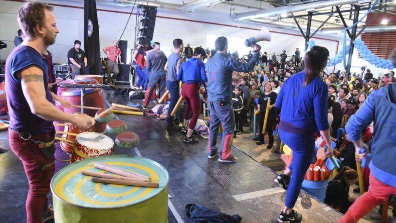 El Choque Urbano desplegó toda su magia sobre el escenario del Centro Cultural durante dos días. Ayer ofreció un taller de percusión gratuito donde participaron más de 400 personas.