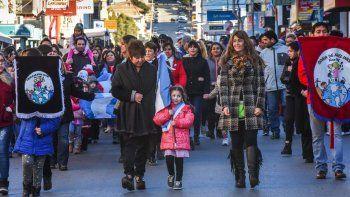 La ciudadanía se volcó a las calles.Durante más de dos horas se vivió el desfile de escuelas, instituciones, clubes y fuerzas armadas.