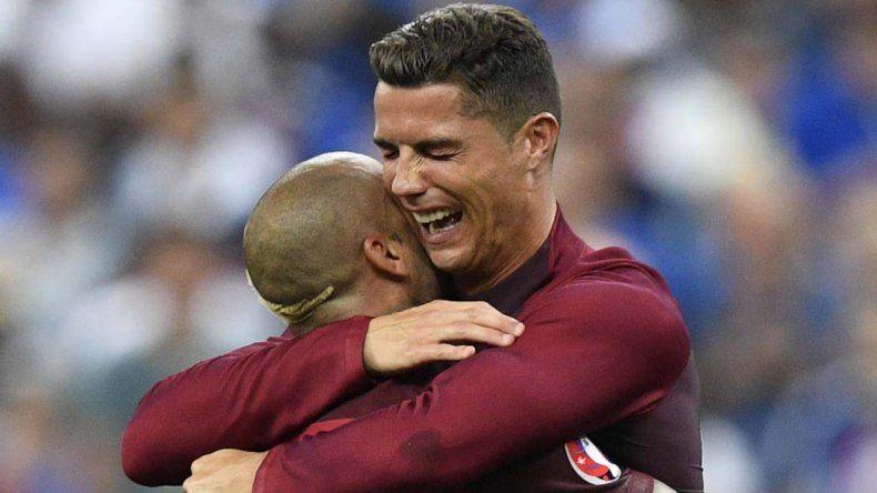 Cristiano Ronaldo se abraza con Pepe luego de la final de la Eurocopa.