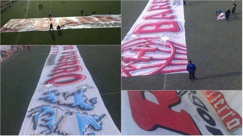Hinchas de Huracán estrenan la bandera más grande en el debut del Federal B