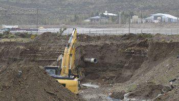 Operarios trabajaron en el movimiento de suelo para la reconstrucción del terraplén y la posterior instalación del caño de 500 milímetros.