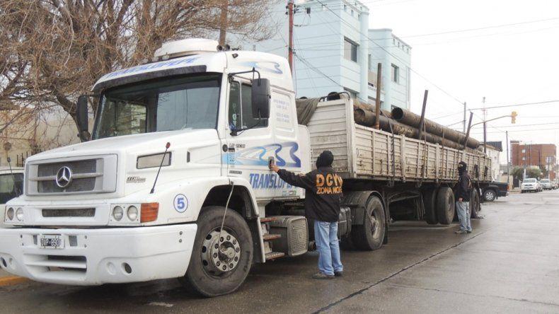 El camión Mercedes Benz con gran cantidad de caños robados que habían sido desenterrados fue peritado por efectivos de la División Delitos Complejos.
