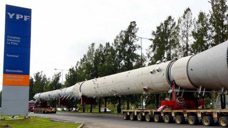 El traslado de voluminosas piezas durante la etapa de construcción de la planta de Coque.