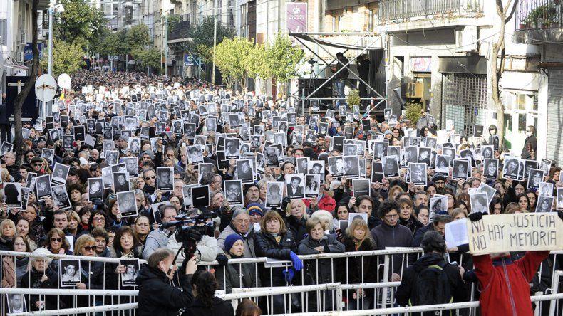 Una multitud recordó a las víctimas del atentado a la AMIA.