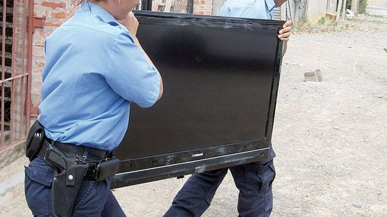Un menor de 16 años robó un LCD y su mamá lo devolvió