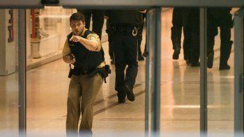 Minutos después del atentado, un policía señala el lugar donde estarían los atacantes.