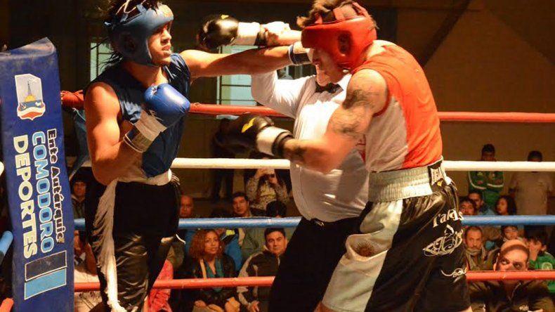 Ezequiel Matthysse y Gustavo Chazarreta durante el combate de fondo realizado el viernes en el gimnasio municipal 1.