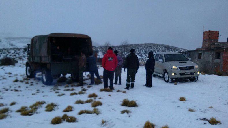 Personal de Defensa Civil provincial rescató a una familia en cercanías de Gastre con ayuda de un unimog del Ejército Argentino.