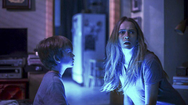 Teresa Palmer y Gabriel Bateman protagonizan Cuando las luces se apagan.