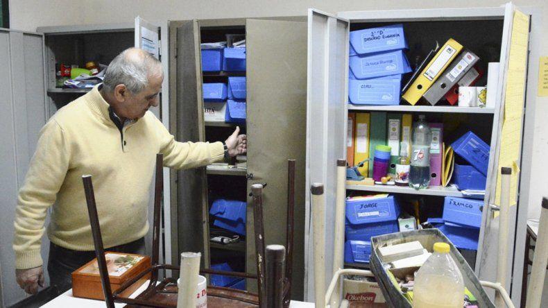 El referente técnico de la Escuela Industrial Nº 1 de Caleta Olivia descubrió el robo y desorden que desconocidos provocaron en el interior del establecimiento.