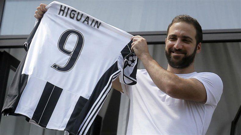 Gonzalo Higuaín con la camiseta número 9 de Juventus de Italia.