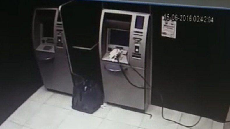 Mirá cómo hicieron volar con gas  el cajero del Banco Chubut