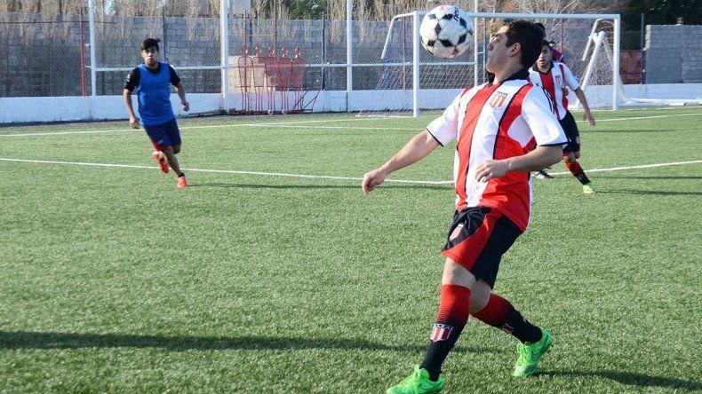 Oscar Marchant la domina de pecho en un ataque de Ameghino. El amistoso sirvió para seguir afianzándose en lo futbolístico.
