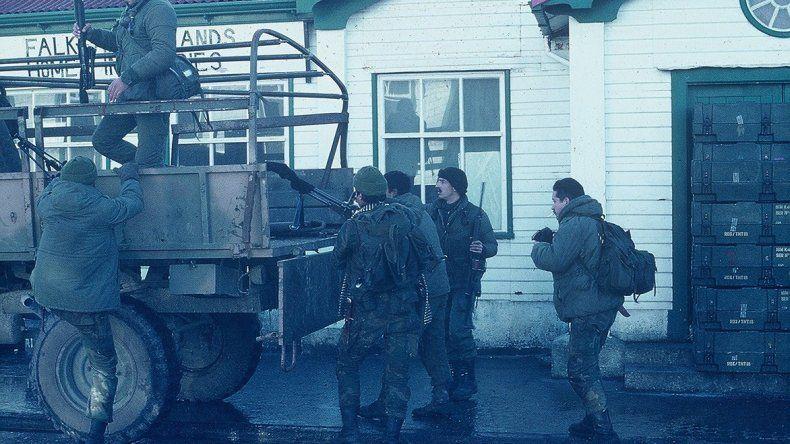 Oscar Rodolfo Aranda y el grupo de tiradores del Escuadron Alacrán en suelo malvinense