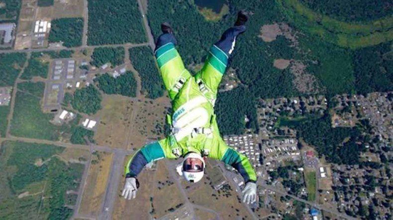 Saltó sin paracaídas de un avión y logró un récord