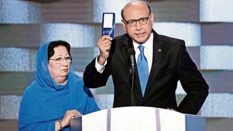Khizr Khan y su esposa Ghazala se hicieron conocidos cuando hablaron frente a la Convención Nacional demócrata.