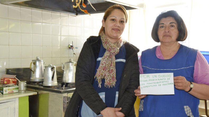 En la Escuela 172 la retención de servicios se hizo notar durante la mañana. Lucía Miranda y Ana María Canipani aseguraron que con el sueldo actual apenas subsisten dos semanas.