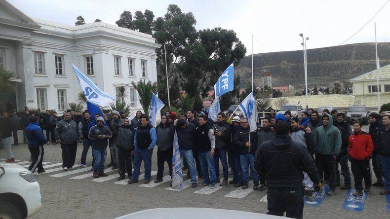 Una manifestación de petroleros marchó ayer a la mañana hasta la sede de YPF.