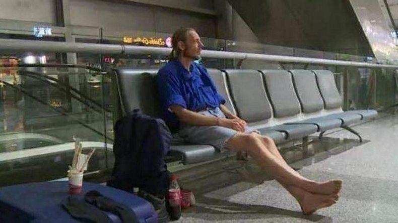 Conoció a una mujer por internet y la esperó 10 días en un aeropuerto