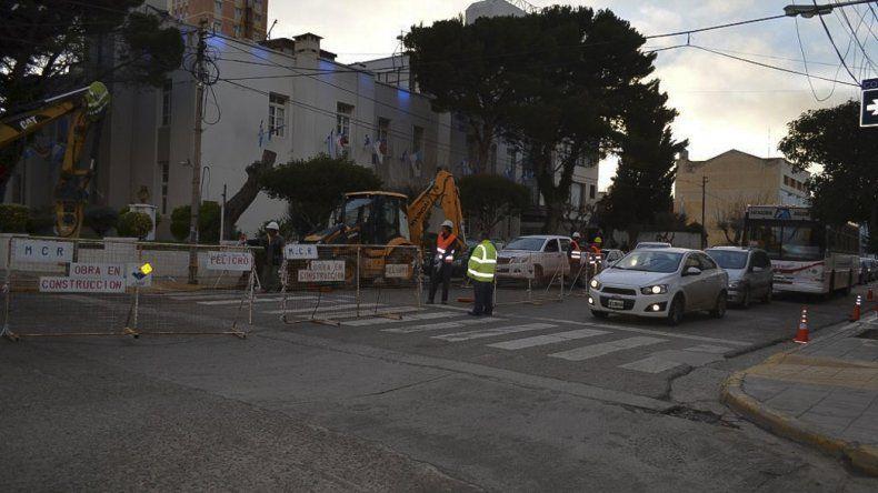 Los trabajos que se desarrollan frente al edificio municipal.