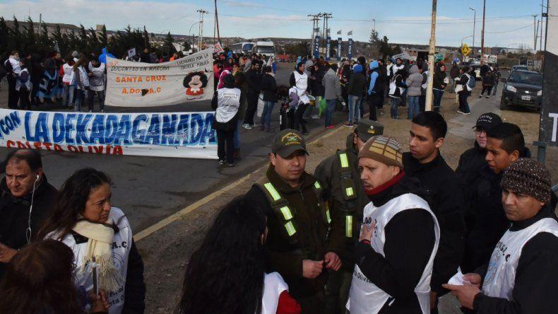 En Caleta Olivia los docentes cortaron por casi dos horas el acceso norte a la ciudad