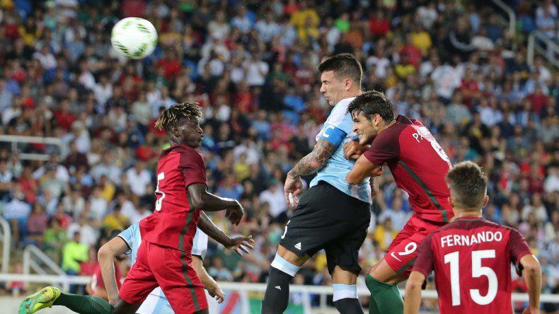 El capitán argentino Víctor Cuesta se eleva en lo alto en el partido que ayer la Sub 23 cayó en su debut olímpico 2-0 ante Portugal.
