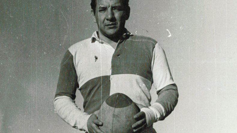 Raúl Galván en su etapa como jugador posa con la guinda en sus manos.