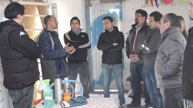 Funcionarios y concejales tomaron nota de las demandas de los vecinos que se instalaron en zonas próximas a pozos petroleros abandonados