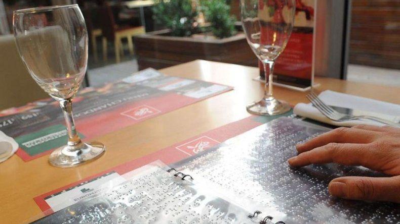 Restaurantes y bares tienen que contar con un menú en braille y sin TACC