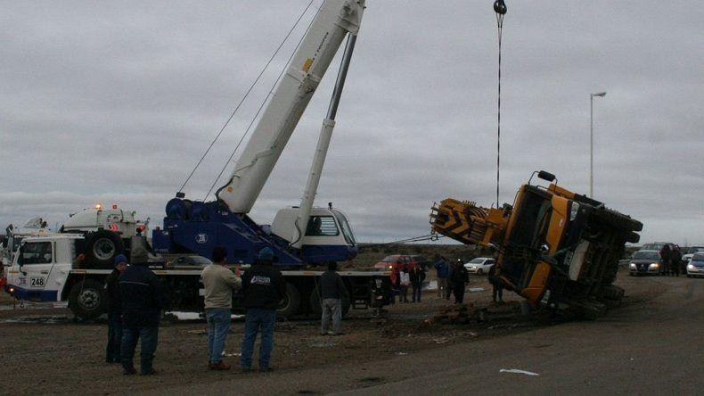 Volcó un camión que remolcaba una grúa