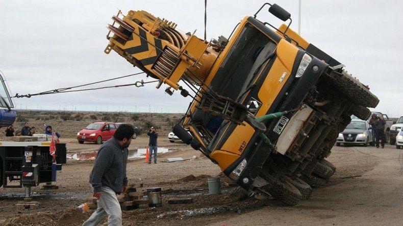 El vehículo volcó en el acceso oeste a Pico Truncado.