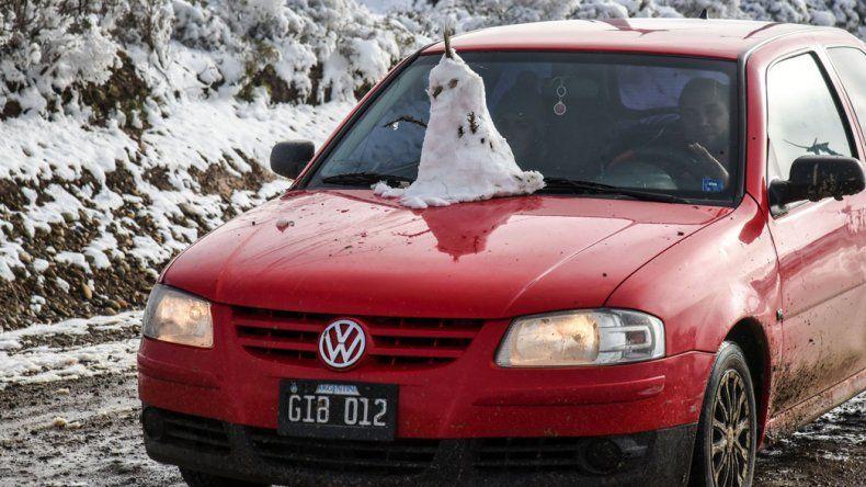 Los barrios de la periferia se vistieron de blanco y fue una invitación a jugar con la nieve